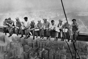 La photo Lunch atop a skyscraper